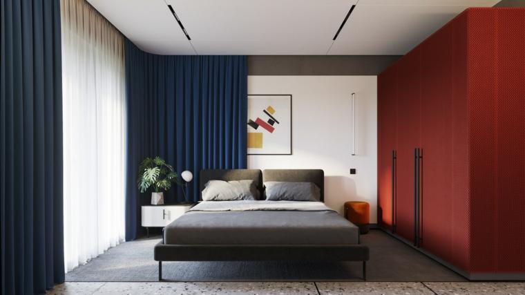 Armadio a muro rosso, tende di colore blu, pavimento in marmo con tappeto, comodino con pianta