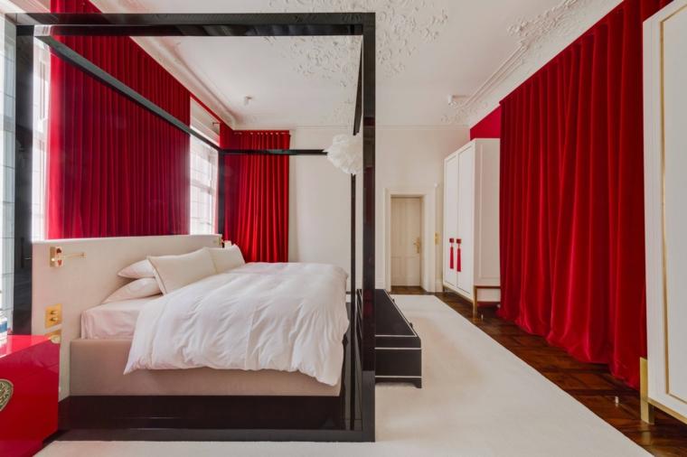Stanza bianca con tende rosse, letto con struttura in legno, pavimento con tappeto bianco