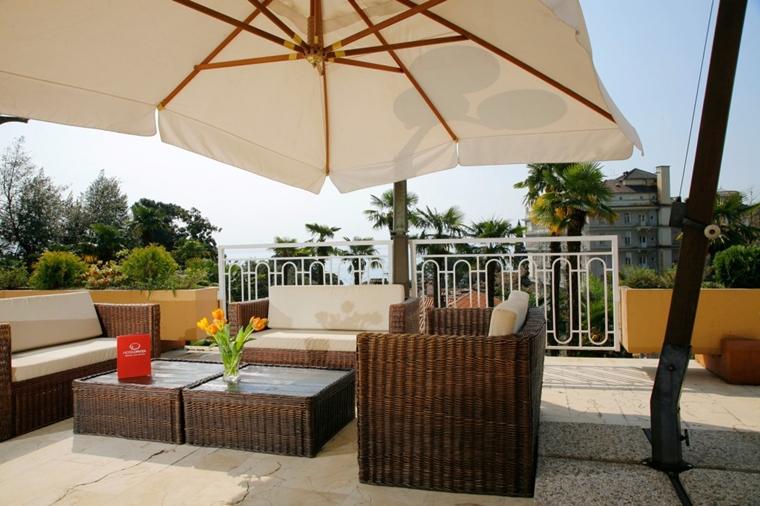 Terrazzi moderni complementi d 39 arredo e consigli pratici for Set giardino rattan