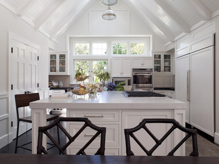 tetto legno travi vista cucina moderna isola centrale