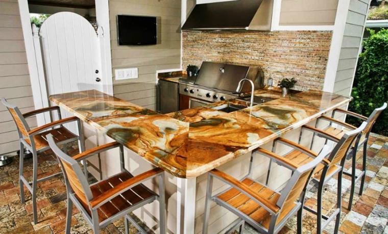 top cucina onice marrone sedie legno metallo