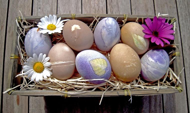 uova pasqua decorate cestino accompagnate fiori
