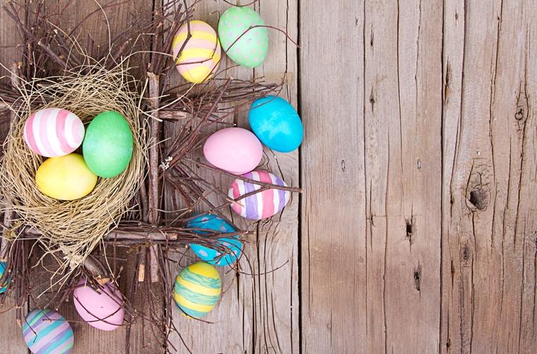 uova pasqua decorate cestino rametti secchi paglia