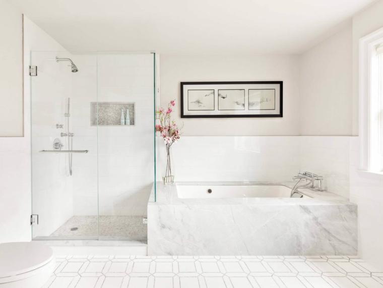 Vasca rivestita in marmo, doccia con vetro, piastrelle bagno bianche