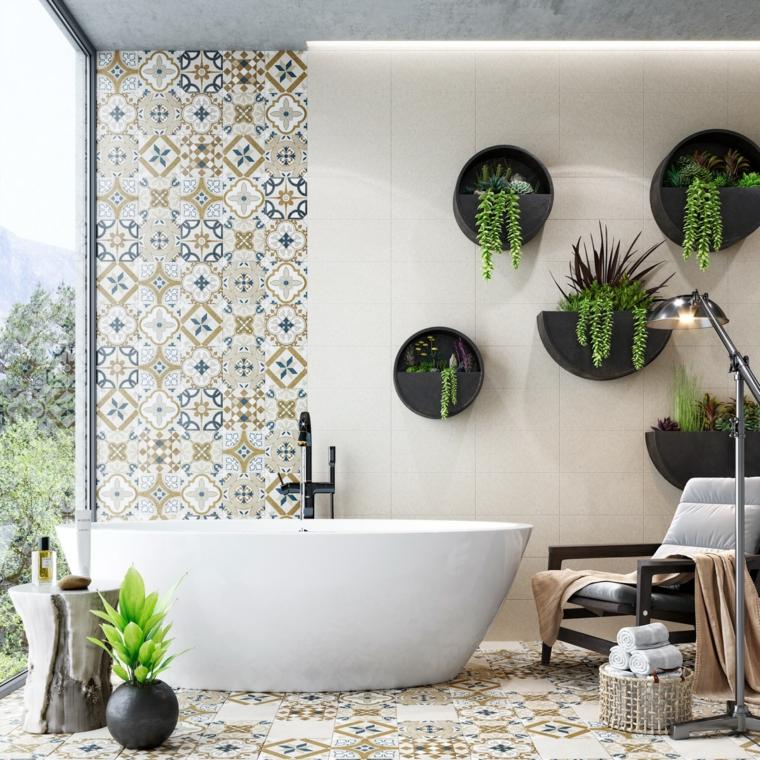 Arredo bagno, bagno con vasca, parete con piastrelle colorate, piante appese alla parete