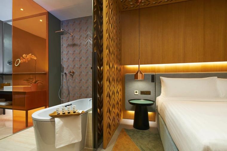 Bagno con vasca, cabina doccia con vetro giallo, mobile lavabo con piedini