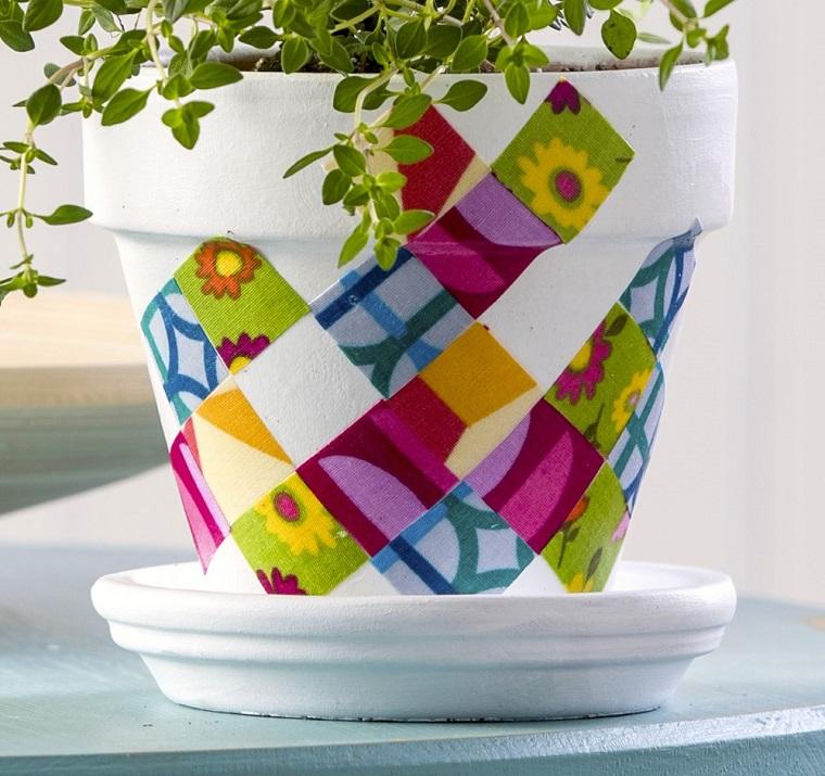 vasi di terracotta decorati pezze colorate