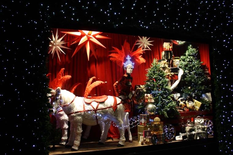 vetrina natalizia negozio addobbata favola