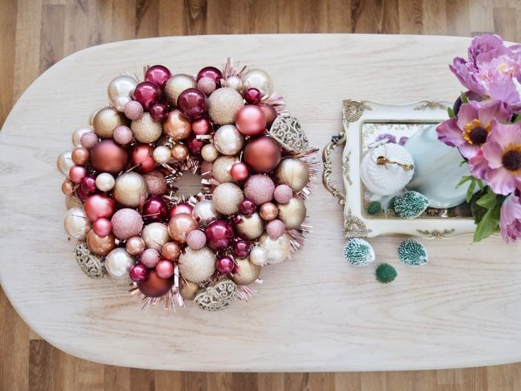 addobbi di natale da esterno ghirlanda su un tavolo festone con palline natalizie