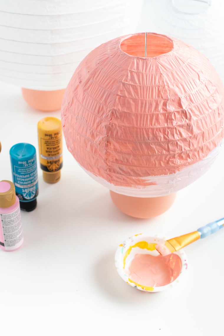 addobbi di natale da esterno lanterna di carta dipinta con colori acrilici rosa
