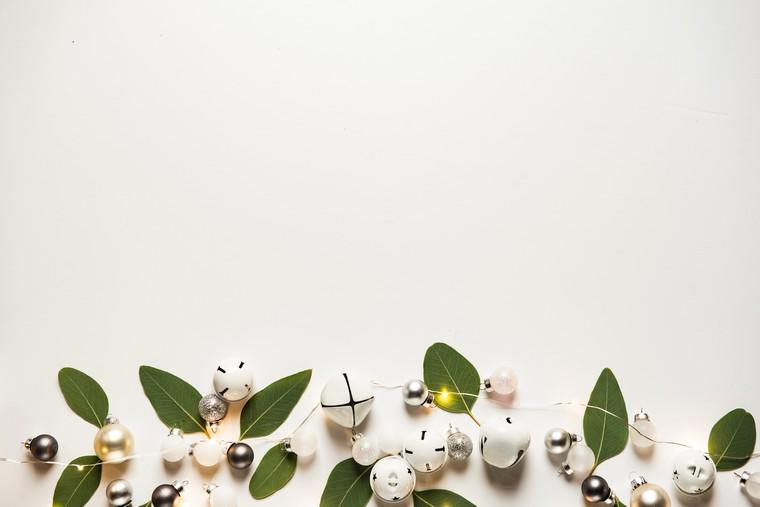 addobbi natalizi per balconi ghirlanda con foglie verdi decorazioni con palline di natale