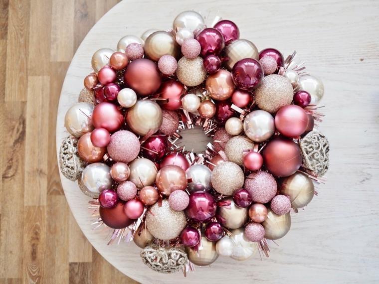 addobbi natalizi per balconi ghirlanda con palline colorate festone con decorazioni