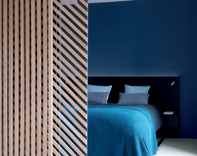 architettura interiore arredamento camera matrimoniale moderna colorata