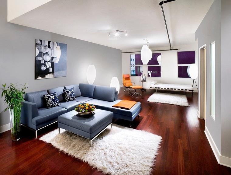 arredamento salotto moderno divano azzurro parquet