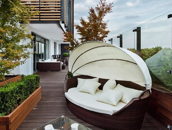 Arredo balcone tante idee utilizzando piante cuscini e mobili da