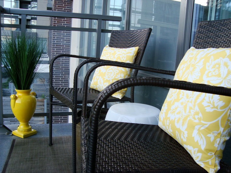arredare balcone sedie rattan pianta