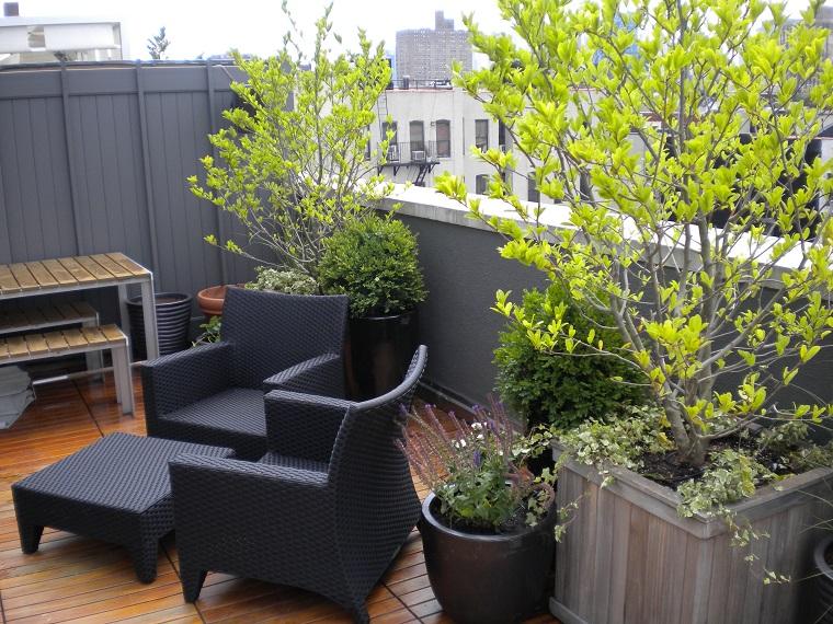 Arredo balcone tante idee utilizzando piante cuscini e for Tavolino per balcone