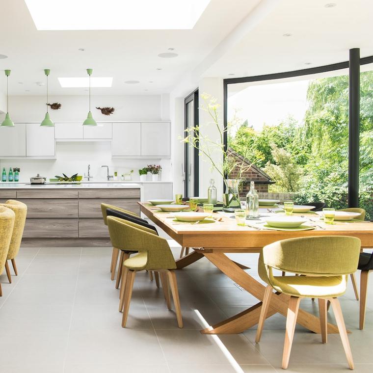 Set tavolo da pranzo, sedie di legno verdi, cucina con isola centrale, open space