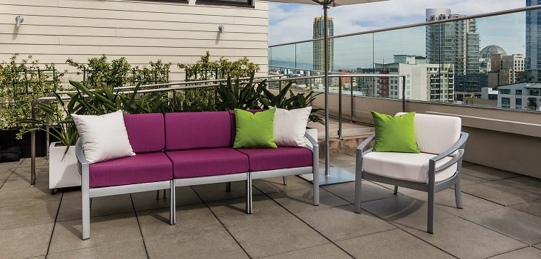 arredare il balcone stile moderno colorato