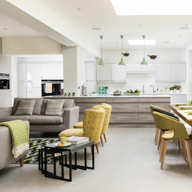 Cucina con isola centrale, set tavolo di legno, divano di colore grigio, loft significato