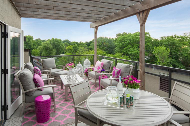 Arredo balcone tante idee utilizzando piante cuscini e for Mobili giardino terrazzo