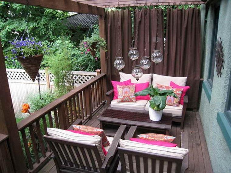 Arredo balcone tante idee utilizzando piante cuscini e for Poltrone da balcone