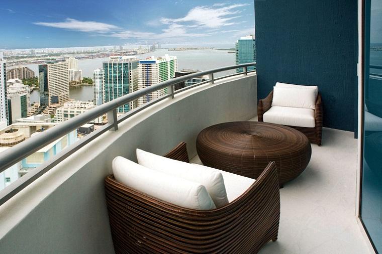 Arredo balcone tante idee utilizzando piante cuscini e for Arredamento per terrazzo piccolo