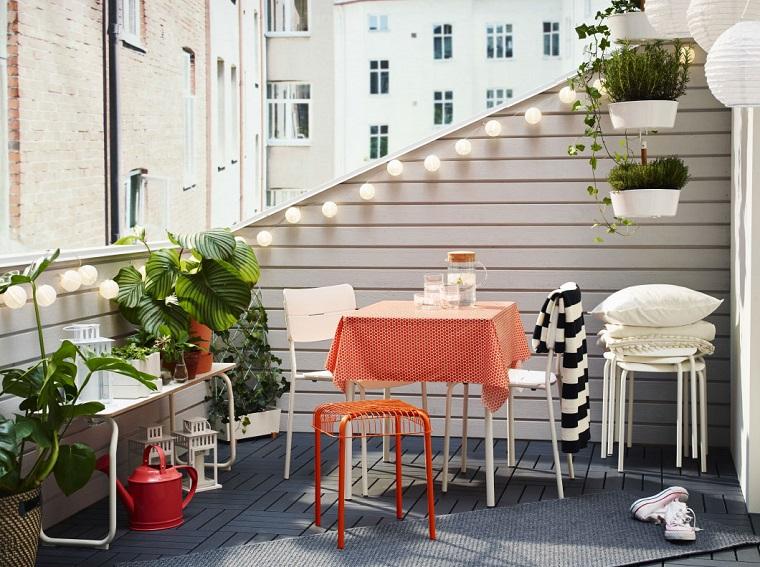 arredo balcone tavoli sedie colorate piante