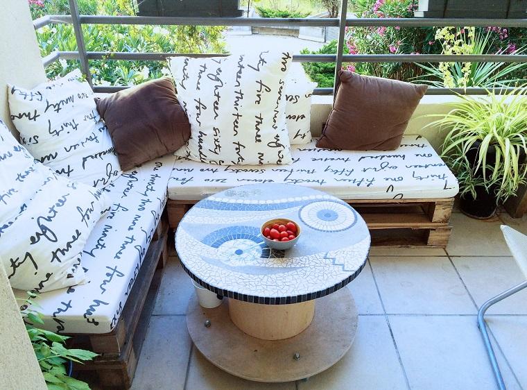 arredo terrazzo divano l cuscini scritte