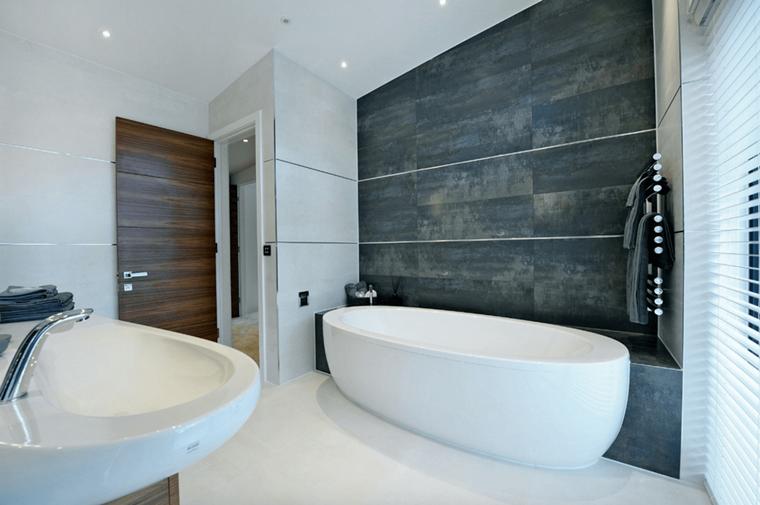 bagno moderno parete bianca sfumata grigio scuro
