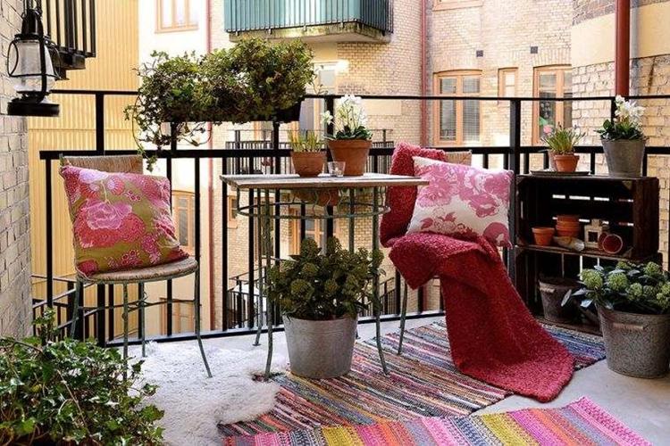 balcone moderno arredato stile bohemien