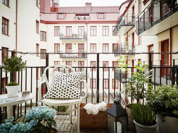 balcone moderno arredato stile scandinavo