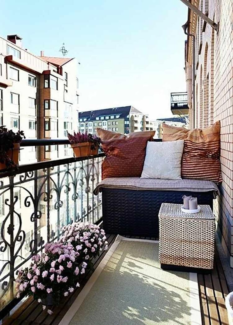 balcone piccolo arredato mobili vimini ringhiera in ferro battuto