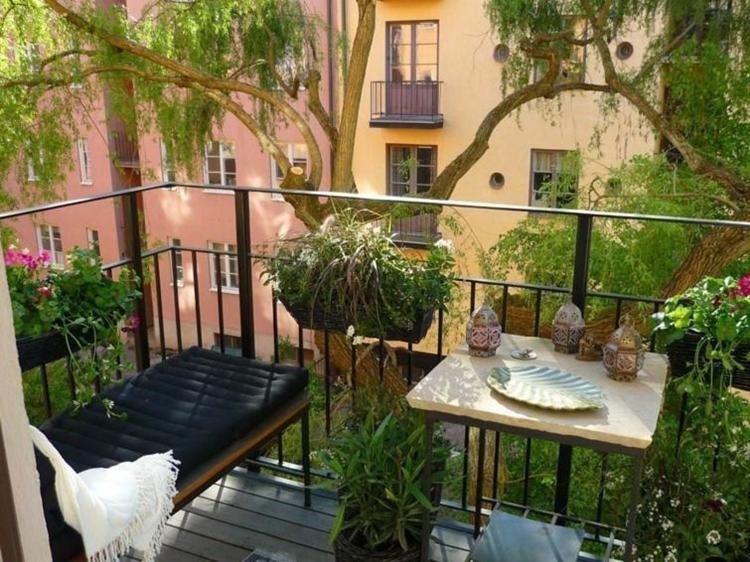 balconi fioriti arredati mobili classici