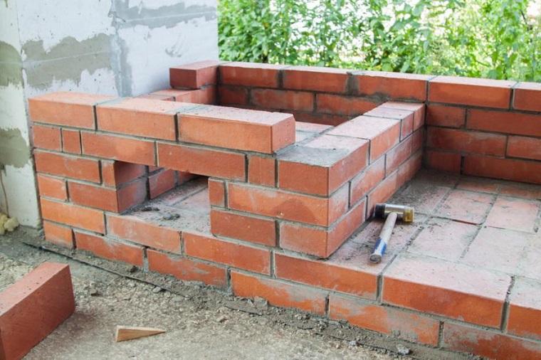 Modelli di barbecue in muratura, costruzione di mattoni con cemento in mezzo