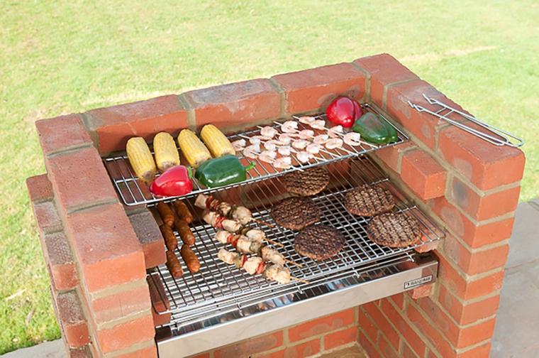 Barbecue a legna in muratura fai da te, barbecue con griglia e mattoni rossi