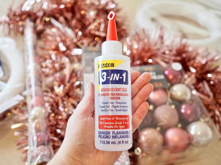 bottiglia di colla sacchetti con palline colorate di natale come abbellire una ringhiera esterna