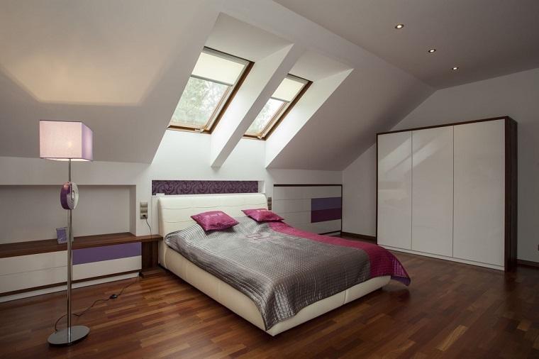camera da letto mansarda bianca accenti viola