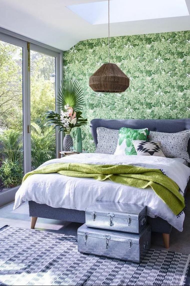 camera matrimoniale valigie letto cuscini lampadario porta finestra tappeto