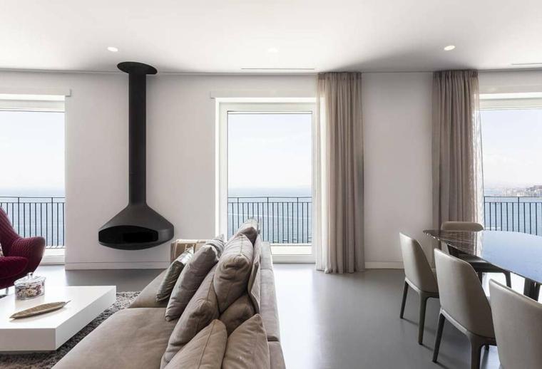 Arredare salotto e sala da pranzo insieme, soggiorno con camino, divano in tessuto grigio