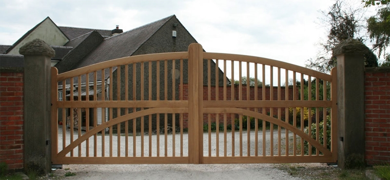 cancello legno grande tocco moderno