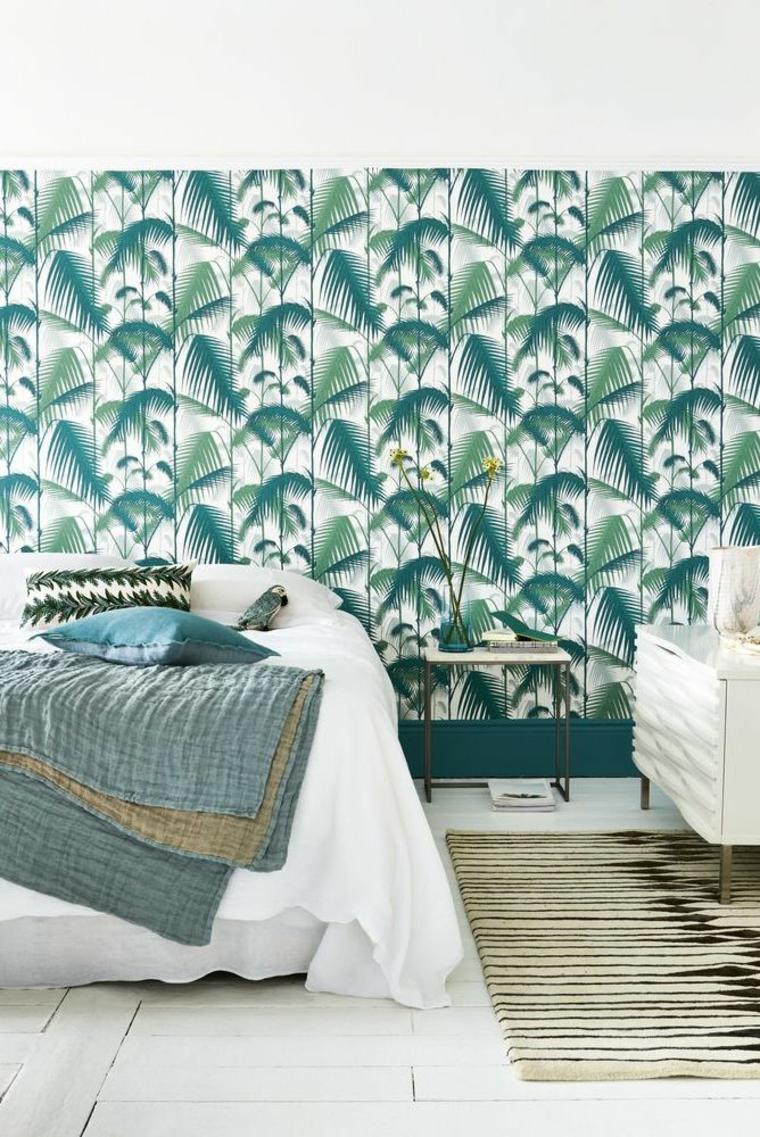 carta da parati motivi tropicali letto poltrona tappeto coperta cuscini camera