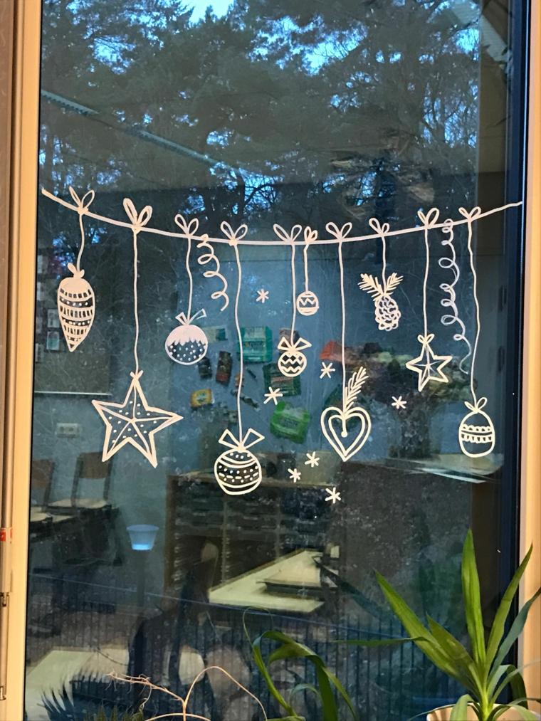 casa con addobbi natalizi esterni finestra con disegni di decorazioni di natale