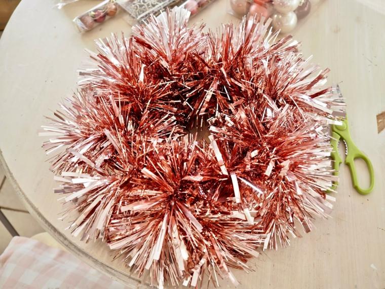 casa con addobbi natalizi esterni ghirlanda di colore rosa materiale su un tavolo