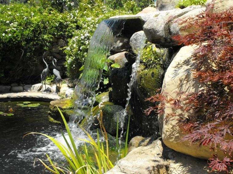 cascate giardino rocce piante
