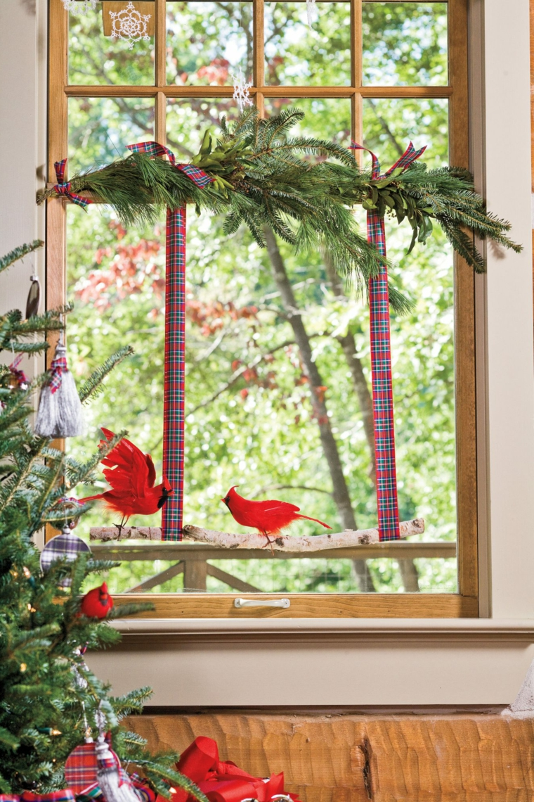 case addobbate per natale esterno finestra con rami verdi e ghirlanda