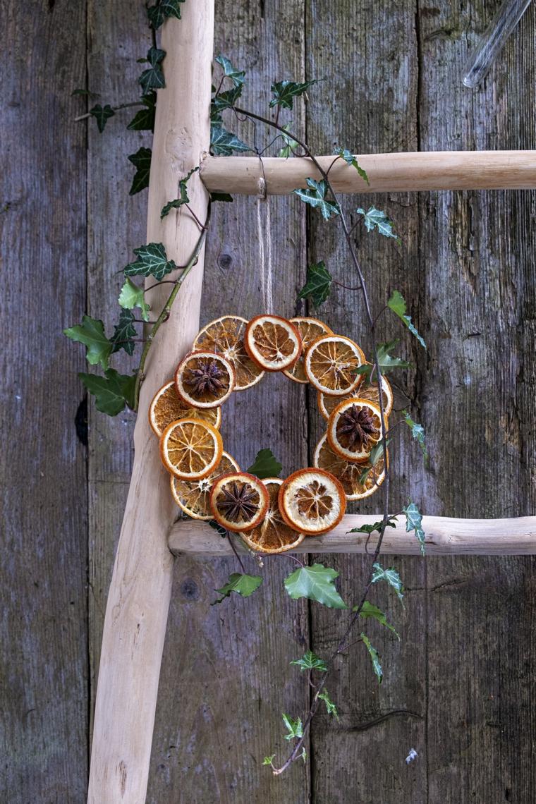 come decorare una ringhiera esterna ghirlanda con fette di arancia festone su una scala di legno