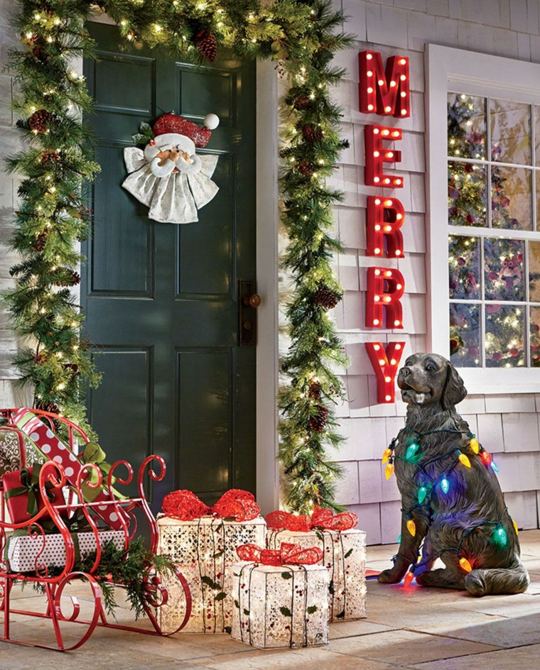 come decorare una ringhiera esterna porta di ingresso con ghirlanda di rametti verdi