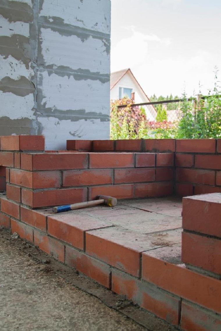 Come costruire barbecue in muratura, base di mattoni rossi con cemento in mezzo
