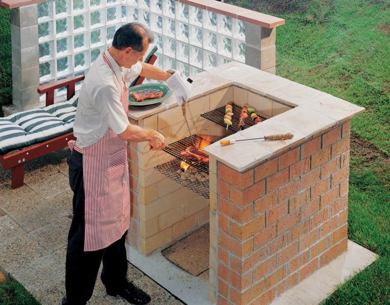Uomo che fa la grigliata, giardino con barbecue in muratura con mattoni